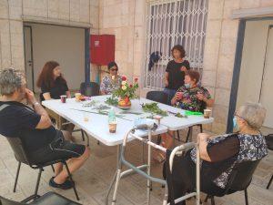 שולחן עם אנשים יושבים